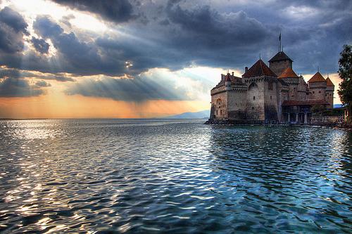 Château de Chillon - Χτισμένο στις όχθες της λίμνης Geneva, έχει πίσω του περισσότερα από χίλια χρόνια ιστορίας ενώ είναι ένα πολυφωτογραφημένο στολίδι που έχει δώσει έμπνευση σε δεκάδες καλλιτέχνες από πολλές χώρες.