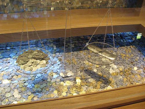 Αγορά Χρυσής λίρας - Πανικός επικρατεί στην τράπεζα της Ελλάδος τις τελευταίες εβδομάδες, όπου ορδές κόσμου περιμένουν υπομονετικά τη σειρά τους για να μετατρέψουν τα ευρώ τους σε χρυσές λίρες.