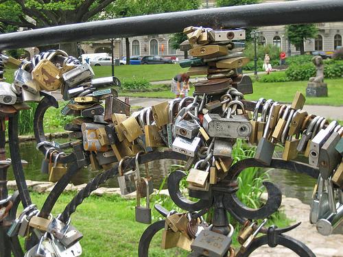 Η κλειδαριά της αγάπης - Αν βρεθήκε στη γέφυρα που βρισκεται στη Ρήγα της Λεττονίας θα παραξενευτείτε με τις εκατοντάδες κλειδαριές που υπάρχουν εκεί. Πρόκειται για ένα παράξενο έθιμο γάμου, ας το δούμε...