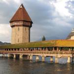 Η παλιότερη ξύλινη γέφυρα της Ευρώπης - Η ιστορική γέφυρα Kapellbrücke διασχίζει τον ποταμό Reuss στην κεντρική Ελβετία. Η σκεπαστή γέφυρα που έχει μήκος 200 μέτρα, κατασκευάστηκε το 1333 για να προστατεύσει την πόλη από τις διάφορες επιθέσεις.