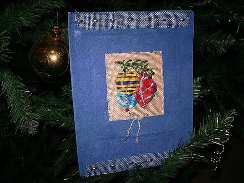 Χριστουγεννιάτικη κάρτα με κεντημένη συρμάτινη σίτα - Η ιδιαιτερότητα της κάρτας αυτής είναι στην κεντημένη συρμάτινη σίτα κυρίως, κάτι που δεν έχουμε συνηθίσει να βλέπουμε συχνά.