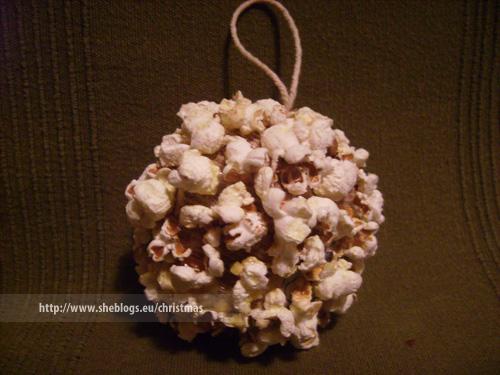 popcorn christmas ornaments Φτιάξτε Χριστουγεννιάτικες μπάλες με ποπ κορν