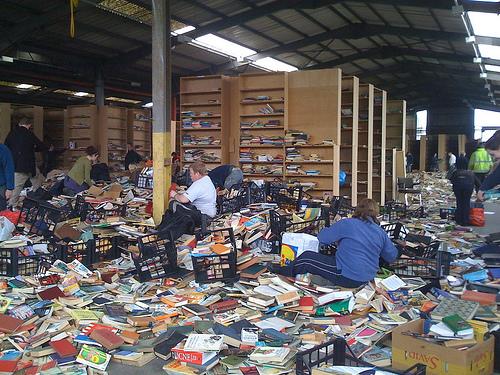 Νόμιμο πλιάτσικο σε εγκατελειμένη αποθήκη βιβλίων προμηθευτή του Amazon - Εκατοντάδες άτομα έτρεξαν να πάρουν όσα περισσότερα βιβλία μπορούσαν από μια τεράστια εγκατελειμένη αποθήκη βιβλίων
