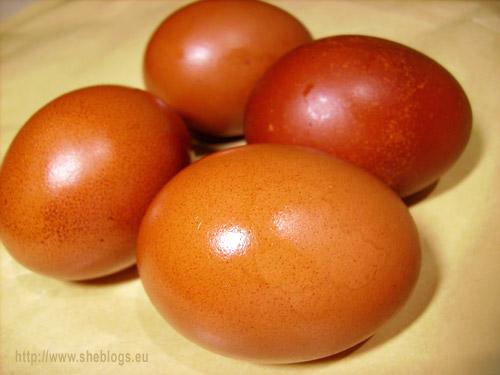 bamena ayga me kremmydia Πάσχα: Πως θα βάψετε πασχαλινά αυγά με φλούδες κρεμμυδιών