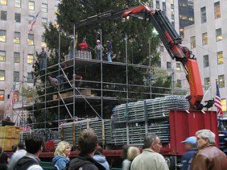 Η προετοιμασία του Χριστουγεννιάτικου δέντρου στο εμπορικό κέντρο Rockefeller της Νέας Υόρκης