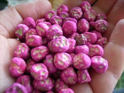 Συμβατικοί σπόροι αρακά εμποτισμένοι με ροζ μυκητοκτόνο