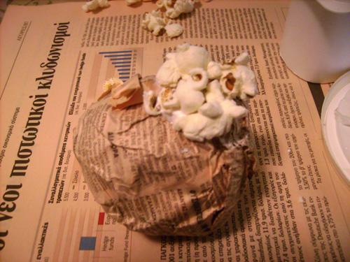 popcorn1 Φτιάξτε Χριστουγεννιάτικες μπάλες με ποπ κορν