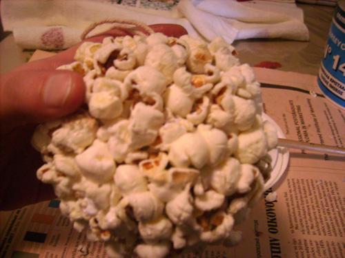 popcorn4 Φτιάξτε Χριστουγεννιάτικες μπάλες με ποπ κορν