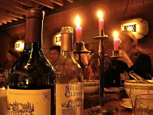 Ρεβεγιόν - Το γαλλικό έθιμο του Ρεβεγιόν, ξεκίνησε κάπου στον 18ο αιώνα όταν το τραπέζι στρωνόταν για να γεμίσει τα πεινασμένα στομάχια των εκκλησιαζόμενων Γάλλων, που επέστρεφαν στα σπίτια τους μετά τη νυχτερινή λειτουργία