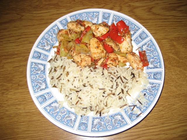 Κοτόπουλο με πιπερίες και αγριόρυζο - Μια πρόταση για γρήγορο γεύμα: Κοτόπουλο με πιπερίες και αγριόρυζο.