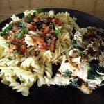 Σολομός στο μάτι της κουζίνας με μεσογειακή μακαρονάδα