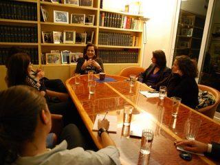 Η κα Ντόρα Μπακογιάννη συναντά γυναίκες του διαδικτύου