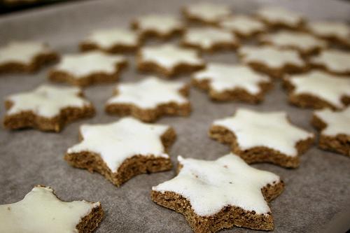 Αστεράκια κανέλας - Λατρεμένη χριστουγεννιάτικη λιχουδιά είναι τα αστέρια κανέλας.