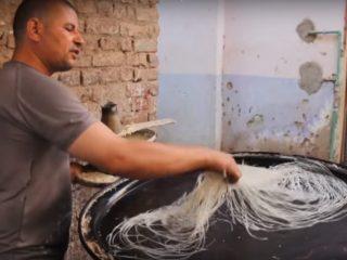 Πως φτιάχνουν το φύλλο κανταΐφι που αγοράζουμε