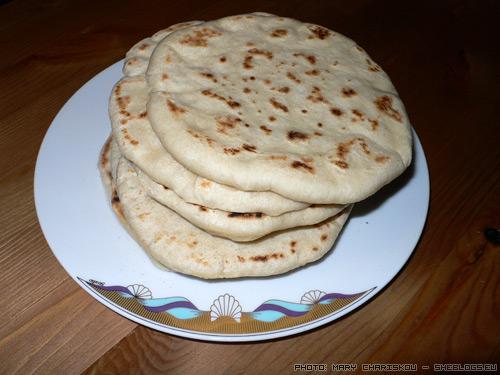 Συνταγή για αφράτα λαβάς - Λαβάς με το σίγμα παχύ, όσο παχύ γίνεται. Πιτούλες στο τηγάνι, νοστιμότατες κι αφράτες για να συνοδεύσουν το φαγητό σας