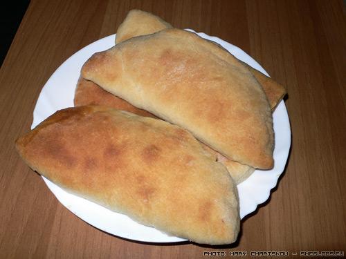 Τυρόπιτες και χορτόπιτες με ζύμη πενιρλί - Η ιδιαιτερότητα στις συγκεκριμένες τυρόπιτες και χορτόπιτες είναι στη ζύμη. Μετά το ψήσιμο διατηρούνται μαλακές