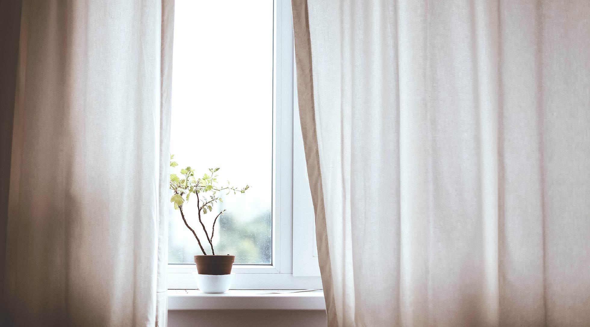 Κρύψε τα κορδόνια της τρέσας της κουρτίνας