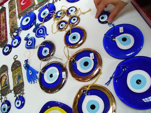 Τα ματόχαντρα για το μάτιασμα - Τα γνωστά γαλαζωπά ματόχαντρα που κυκλοφορούν ανά την Ελλάδα δεν ανήκουν μόνο στη δική μας παράδοση. Κι αν εμείς τα λέμε ματόχαντρα στην Τουρκία τα λένε Nazar Boncugu .
