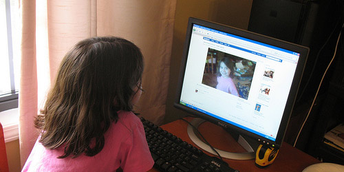 Παιδιά στο Facebook - Τα παιδιά είναι εκεί. Με τα πραγματικά στοιχεία και τις φωτογραφίες τους. Εις γνώσιν των γονιών τους. Ποιός θα τα προστατέψει;