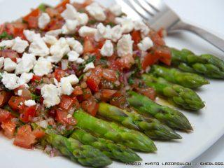 Σπαράγγια με αρωματική σάλτσα ντομάτας και φέτα