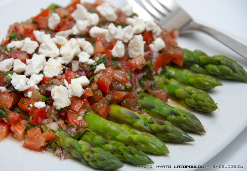 asparagus with tomato salsa and feta cheese