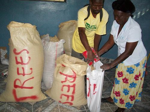 Θα κάψουν οι αγρότες της Αϊτής τους σπόρους της Monsanto; - Αν θα κάψουν τους σπόρους της Monsanto στην Αϊτή τότε μπορεί να συμβεί παντού!