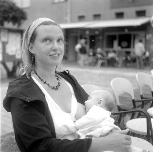 Τράπεζες μητρικού γάλακτος - Σε μια εποχή που ολοένα και λιγότερες μητέρες θηλάζουν τα μωρά τους οι τράπεζες μητρικού γάλακτος προσπαθούν να κάνουν τη διαφορά
