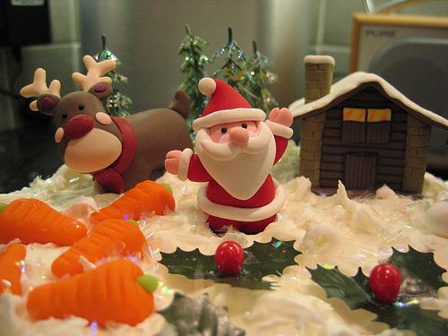Χριστουγεννιάτικα γλυπτά με... ζαχαρόπαστα! - Σου έχει τύχει ποτέ να δεις ένα γλυκό και να χαζέψεις από την... ομορφιά του; Ροζ, κόκκινα, πράσινα, μπλε γλυκά, τούρτες με ολόκληρες παραστάσεις και σχέδια, περίτεχνα τελειώματα σε κεκάκια, ό,τι μπορείς να φανταστείς, μπορείς τώρα να το φτιάξεις μόνη σου με ένα μαγικό υλικό: την ζαχαρόπαστα!