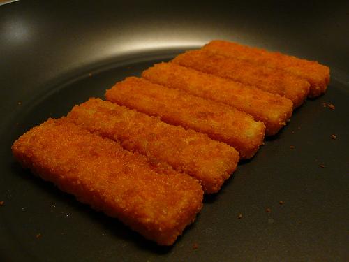Fish sticks... χωρίς τηγάνι! - Η αγαπημένη τροφή των παιδιών, τα fish sticks, δεν χρειάζονται απαραίτητα τηγάνισμα. Μαγειρεύονται πιο υγιεινά.