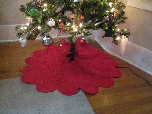 Φτιάξε ποδιά για το Χριστουγεννιάτικο δέντρο - Η ποδιά κάτω από το χριστουγεννιάτικο δένδρο πρέπει να είναι όμορφη και ζεστή για να φιλοξενήσει όλα τα δώρα της οικογένειας. Είναι πανεύκολο να την φτιάξεις.