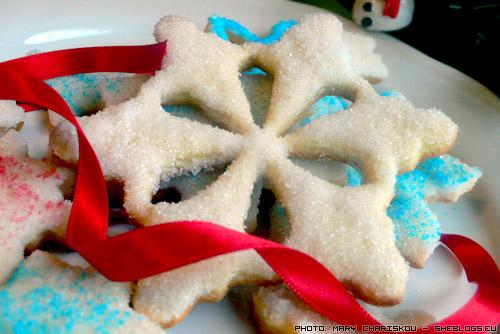 Διακοσμούμε τα Χριστουγεννιάτικα Μπισκότα μας με Ζάχαρη - Ελάτε να διακοσμήσουμε τα χριστουγεννιάτικα μπισκότα μας με κρυσταλλική λευκή και χρωματιστή ζάχαρη για να γίνουν ζηλευτά