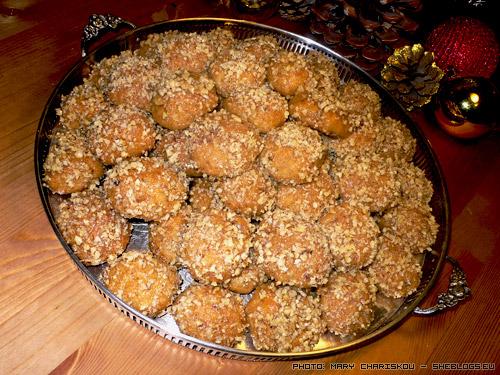 Συνταγή για παραδοσιακά Μελομακάρονα με κονιάκ - Νοστιμότατα σπιτικά μελομακάρονα σε δόση γίγας ώστε να κεράσετε όλη τη γειτονια και να μείνουν και για σας αρκετά