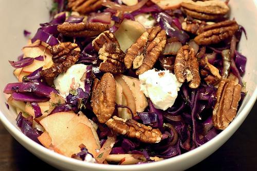 """Η """"καλή"""" μου σαλάτα - Για ειδικές περιπτώσεις, μια σαλάτα με λάχανο, ξινόμηλο, μπαλσάμικο, καρύδια και σουσάμι είναι η αγαπημένη μου"""