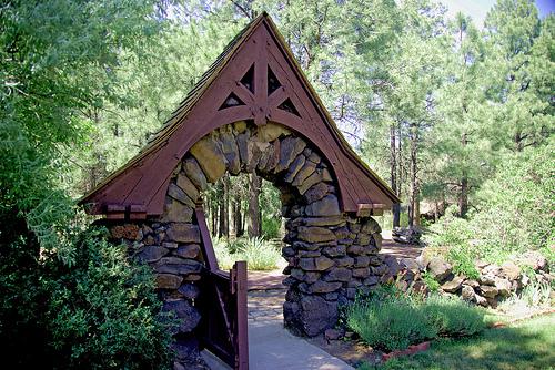 Πετρόχτιστες εισόδοι εξοχικών κατοικιών - Μπορεί το τσιμέντο να είναι φτηνότερο, η πέτρα όμως παραμένει στις καρδιές μας γιατί δένει καλύτερα με το φυσικό περιβάλλον και δημιουργεί ονειρεμένες κατασκευές