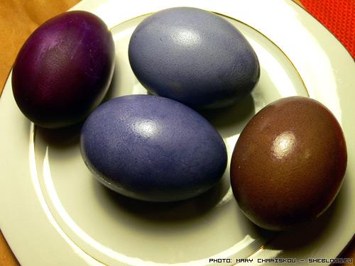 Βάψε Πασχαλινά Αυγά με Μύρτιλα - Ας δούμε πως μπορούμε να βάψουμε μπλε και μωβ πασχαλινά αυγά με μύρτιλα