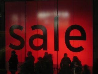 Ώρα για e-shopping στις αγγλικές εκπτώσεις