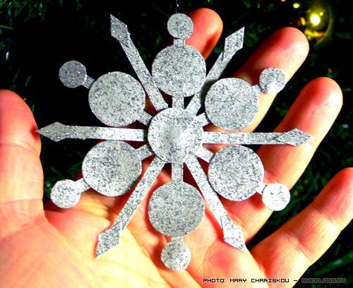 Χιονονιφάδες με χαρτί και χρυσόσκονες - Φτιάξτε ασημένιες χιονονιφάδες για το χριστουγεννιάτικο δέντρο για να περάσετε ένα όμορφο δημιουργικό απόγευμα