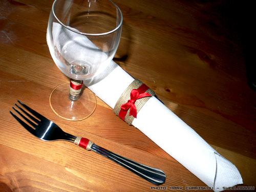 Διακοσμήστε το χριστουγεννιάτικο τραπέζι σας - Με λίγη φαντασία και απλά υλικά μπορείτε να στολίσετε το χριστουγεννιάτικο τραπέζι σας χωρίς έξοδα. Παμε να δουμε πως...