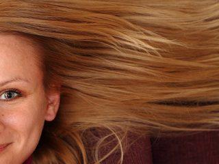 Πώς να ισιώσεις τα μαλλιά σου με το σίδερο για τα ρούχα!