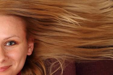 Πώς να ισιώσεις τα μαλλιά σου με το σίδερο για τα ρούχα! - Σου χάλασε το σίδερο των μαλλιών σου και προβληματίζεσαι; Στήσε τη σιδερώστρα και σε λίγα λεπτά θα έχεις τόσο ολόισια μαλλιά που δεν θα το πιστεύεις!