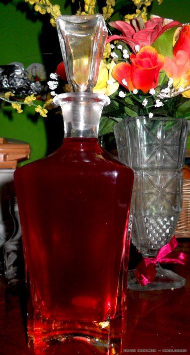 Λικέρ Φράουλα - Ενα αγαπημένο λικέρ στις γυναικοπαρέες και όχι μόνο είναι το λικέρ φράουλας, γιατί κατά βάθος όλοι αγαπάμε τις φραουλίτσες