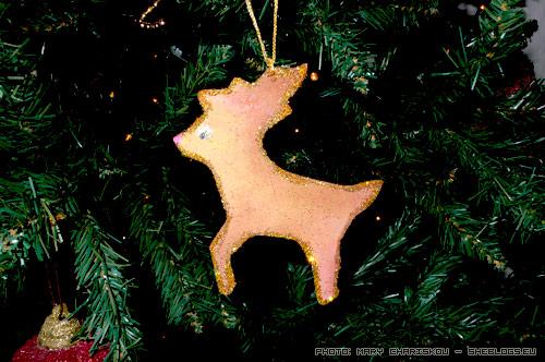 Φτιάξτε χριστουγεννιάτικα στολίδια από χοντρό χαρτόνι - Φτιάξτε πολύ όμορφα στολίδια από χοντρό χαρτόνι γρήγορα και εύκολα.  Το ελαφάκι μας δε μοιάζει φτηνή προχειροδουλειά πάνω στο δέντρο αν και στην ουσία είναι.