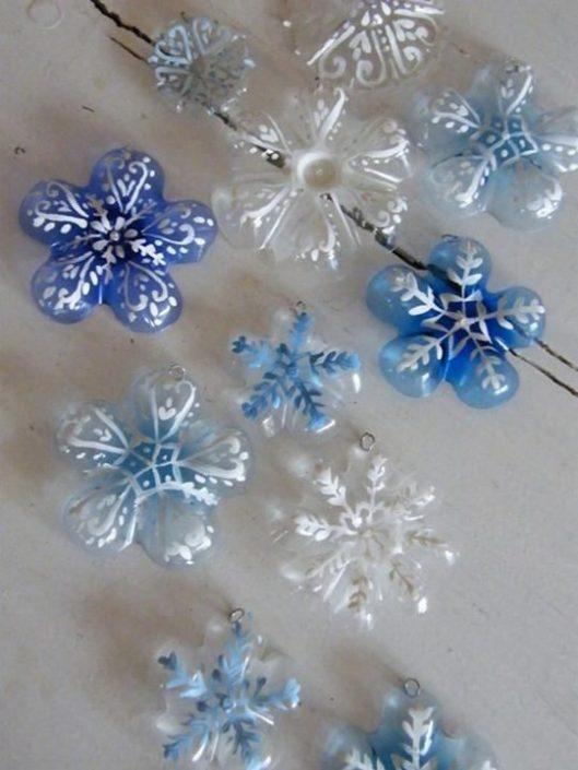 Φτιάξε χριστουγεννιάτικα στολίδια από πλαστικά μπουκάλια - Μια από τις ωραιότερες, φτηνότερες και απλούστερες χριστουγεννιάτικες κατασκευές που έχω δει στη ζωή μου! Θα τις ευχαριστηθείτε και δε θα σκέφτεστε και το κόστος τους