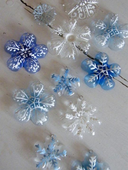 Φτιάξε χριστουγεννιάτικα στολίδια από πλαστικά μπουκάλια - Οκ! οκ! ΞΕΡΩ ΠΩΣ ΕΧΟΥΜΕ 19 ΣΕΠΤΕΜΒΡΗ, μη δέρνετε!