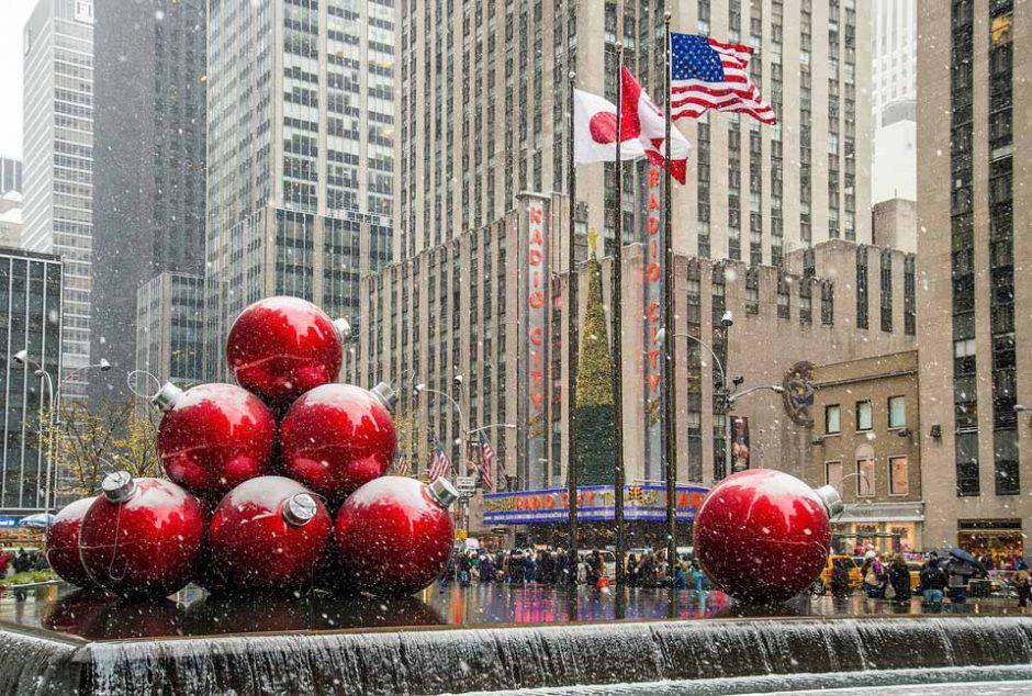 Οι μεγαλύτερες Χριστουγεννιάτικες μπάλες που έχεις δει! - Πάμε στα γρήγορα Νέα Υόρκη για να δούμε τις γιγάντιες κατακόκκινες γυαλιστερές χριστουγεννιάτικες μπάλες που αποτελούν ατραξιόν