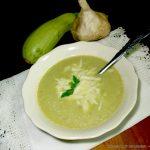 Καλοκαιρινή σούπα με κολοκυθάκια και ελιές