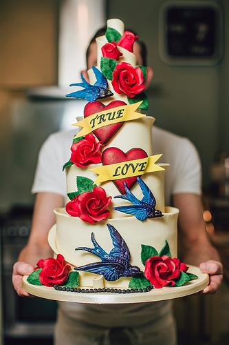 Όταν το Tattoo γίνεται τούρτα! - Τι να λέμε τώρα! Ωραιότερη Vintage tattoo τούρτα δεν έχω δει. Είναι η χαρά του κιτς και ακριβώς γι' αυτό το λόγο είναι απλά υπέροχη.