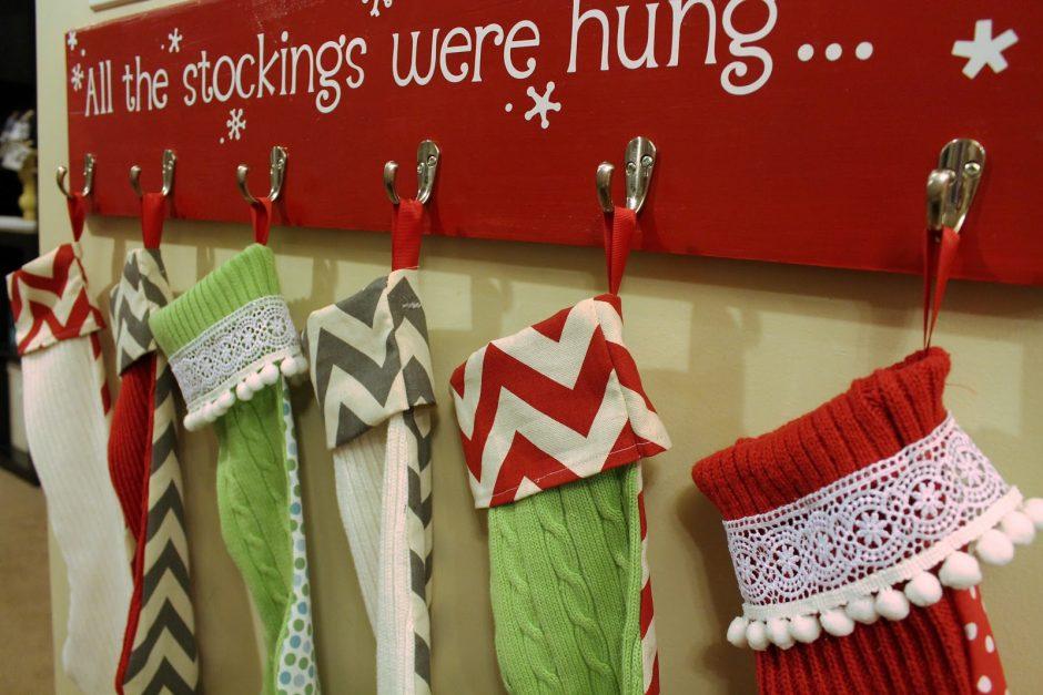 Φτιάξε κρεμάστρα για τις χριστουγεννιάτικες κάλτσες του Αι Βασίλη - Μερικά πράγματα είναι αληθινά υπέροχα μέσα στην απλότητα τους. Δε χρειάζεται να ξοδέψεις πολλά χρήματα για να φτιάξεις κάτι τόσο εντυπωσιακό όπως αυτό!